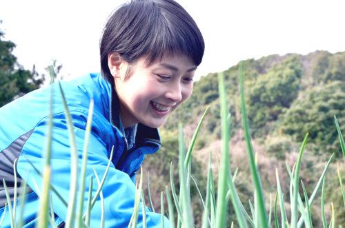 畑仕事をする田中春菜さん