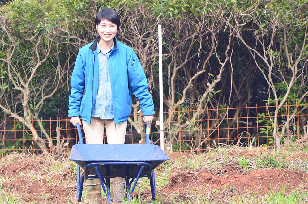 農業用一輪車を押す田中春菜さん