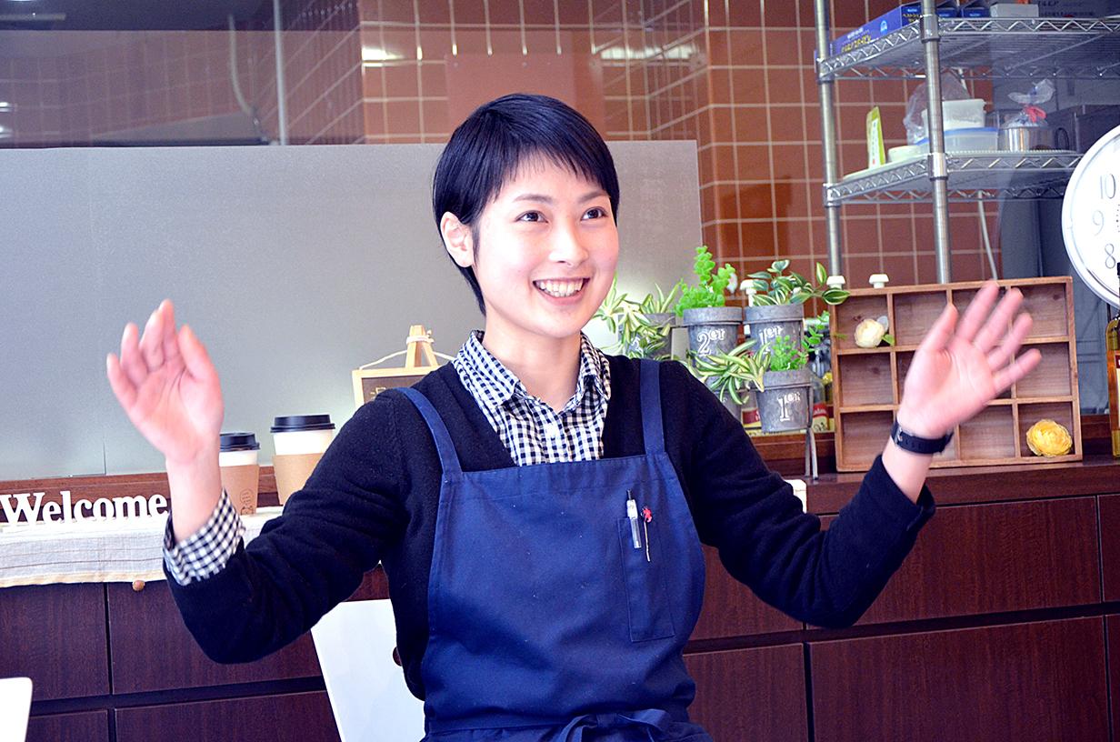 カフェで働く田中春菜さん