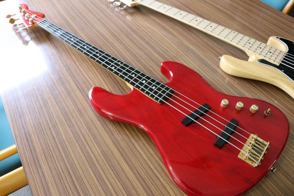 赤いベースギター