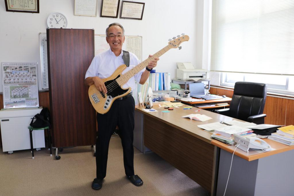 ベースギターを持った平山校長
