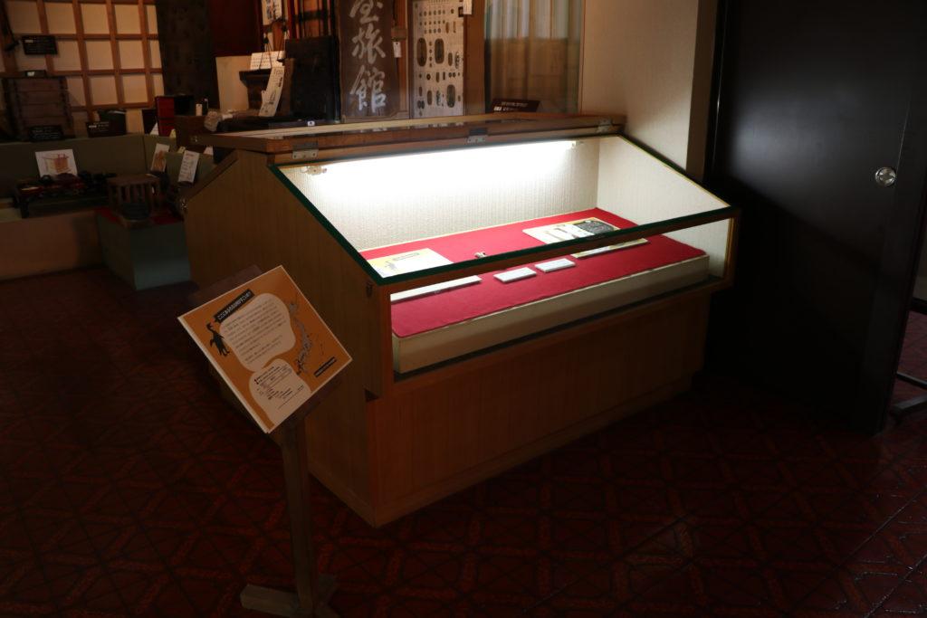 化石展示のガラスケース