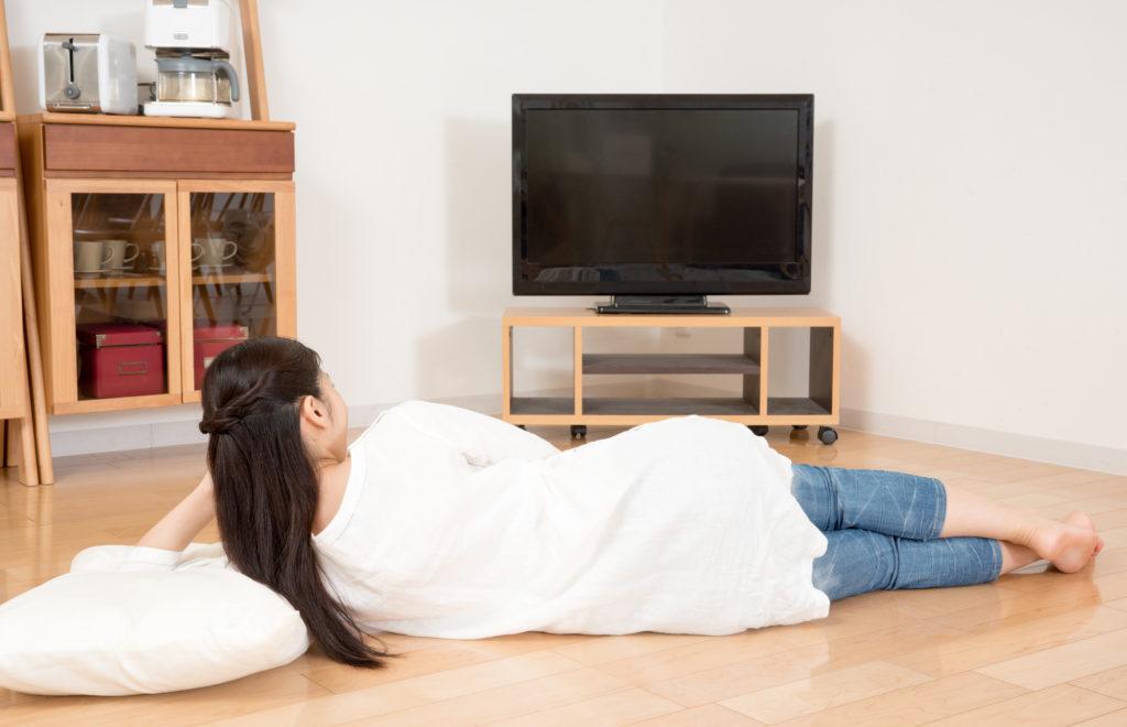 ウエストのおんな、テレビを見る